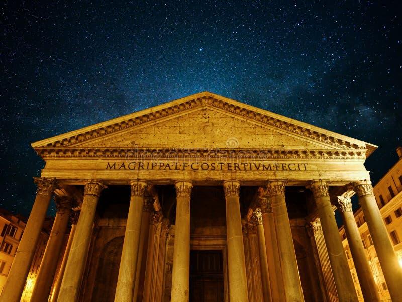 Notte della chiesa del punto di riferimento di Roma del panteon fotografie stock libere da diritti