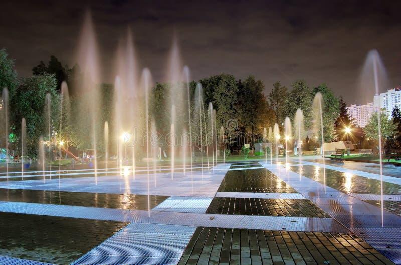 Notte della fontana fotografie stock