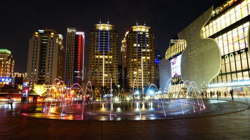 Notte della fontana della città fotografia stock libera da diritti