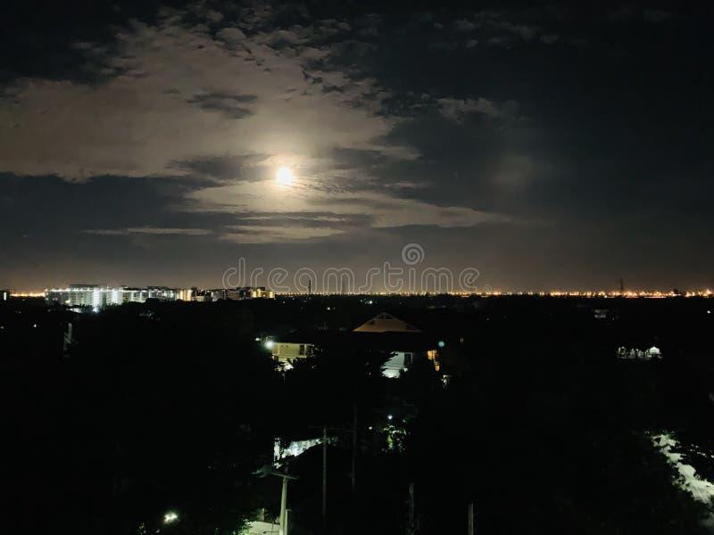 Notte della luna piena con il chiaro cielo immagine stock libera da diritti