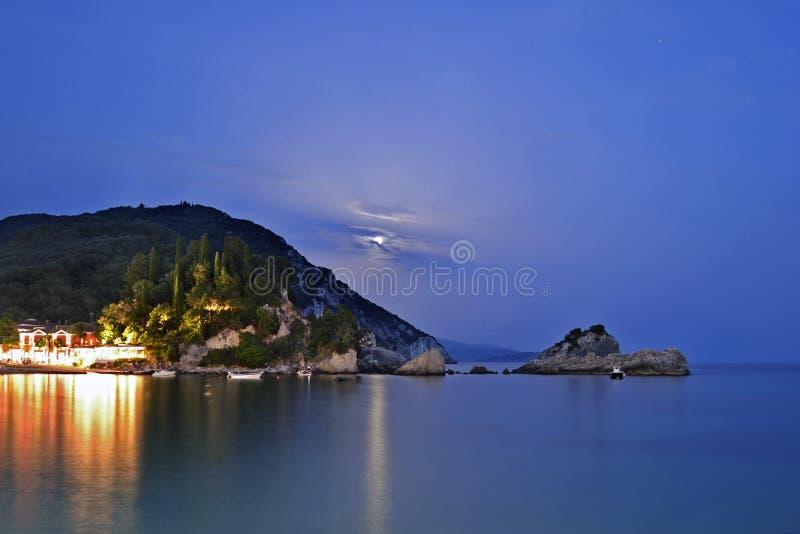 Notte della luna piena in Parga fotografia stock