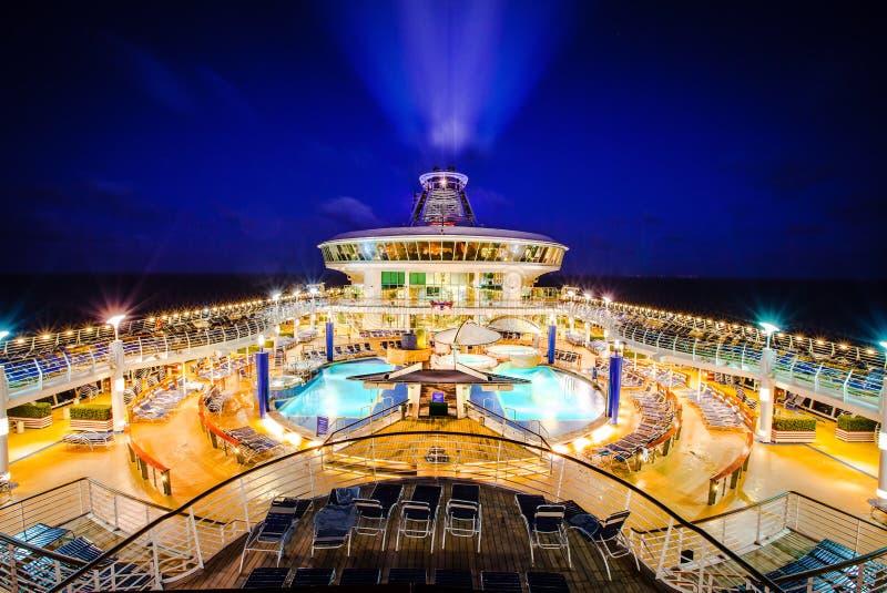 Notte della piattaforma della fodera della nave da crociera fotografie stock libere da diritti