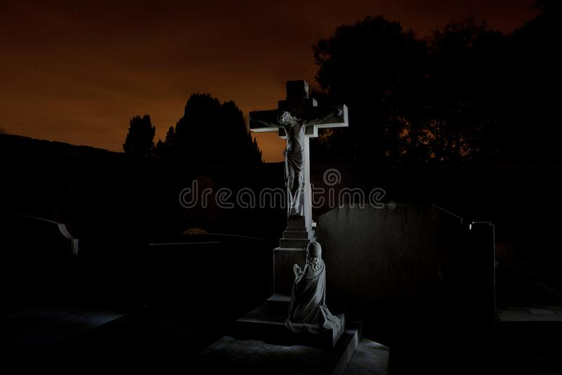 Notte delle pietre tombali del cimitero del cimitero, Lovanio, Belgio immagine stock