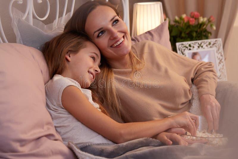 Notte delle ragazze con popcorn immagine stock