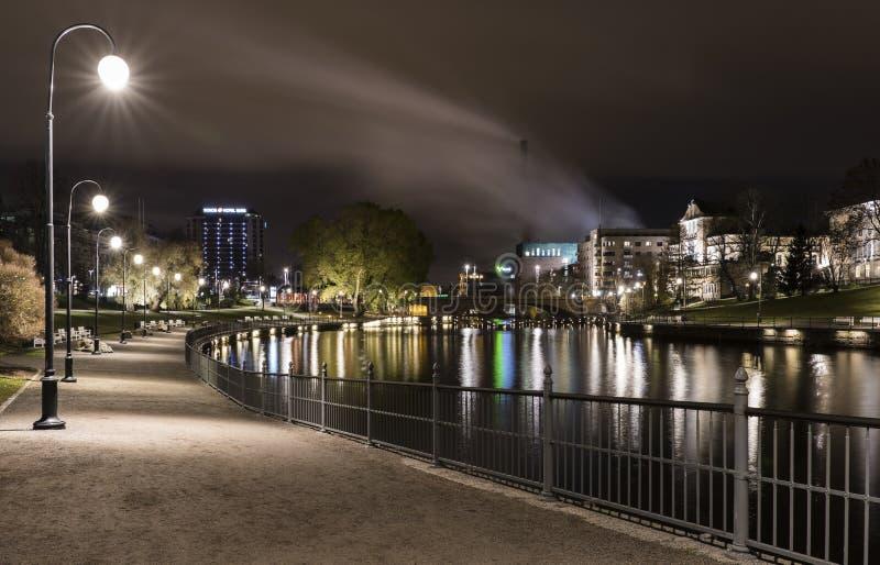 Notte di autunno a Tampere, Finlandia fotografia stock
