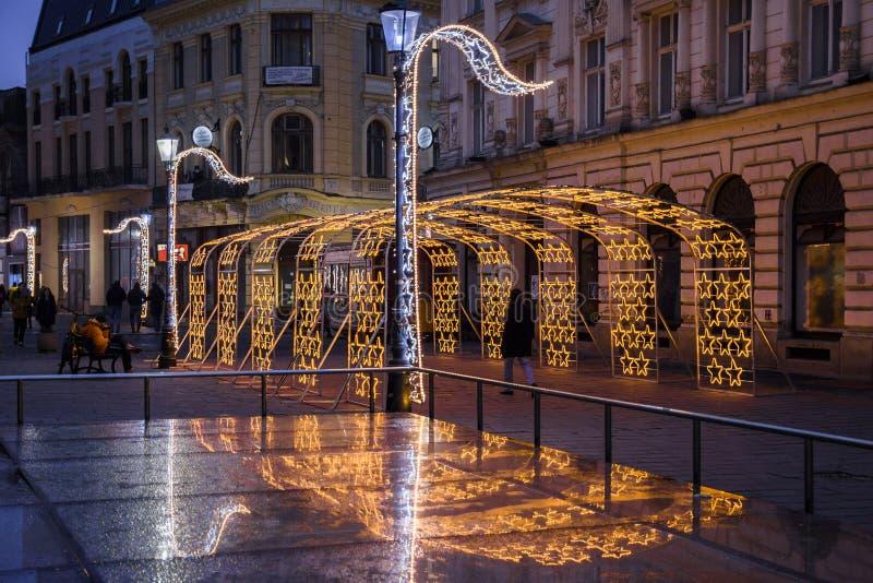 Notte di Bucarest a dicembre con le decorazioni di Natale sulla via di Lipscani fotografia stock libera da diritti