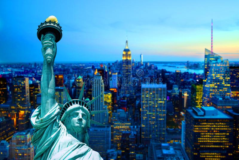 Notte di crepuscolo di tramonto della statua della libertà dell'orizzonte di Manhattan New York City fotografia stock