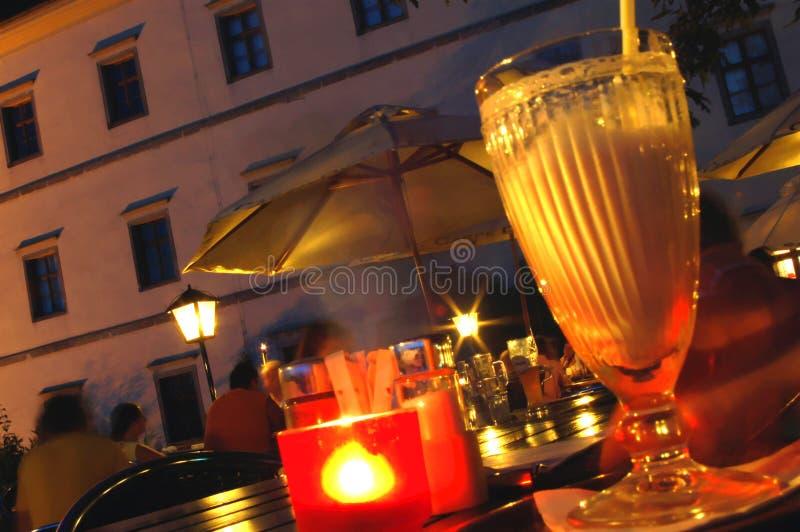 Notte di estate con l'indicatore luminoso della candela fotografia stock