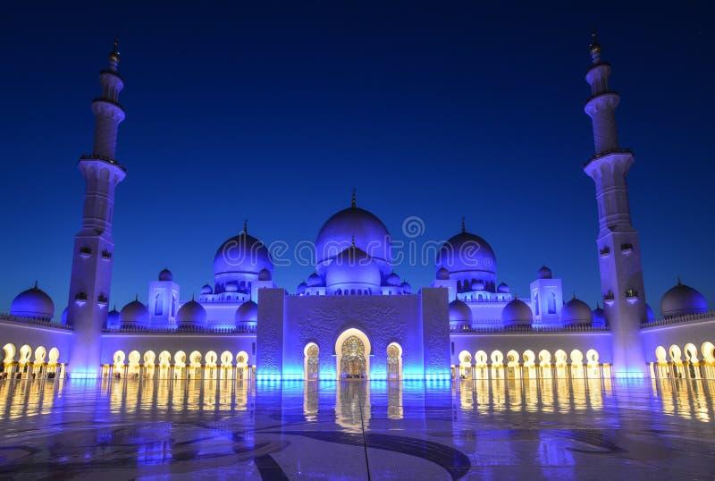 Notte di grande moschea in Abu Dhabi immagini stock