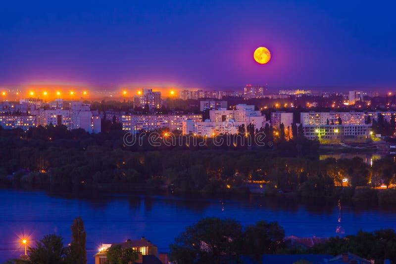 Notte di luce della luna nella città fotografie stock libere da diritti