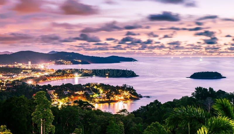 Notte di paesaggio urbano e di vista sul mare immagini stock