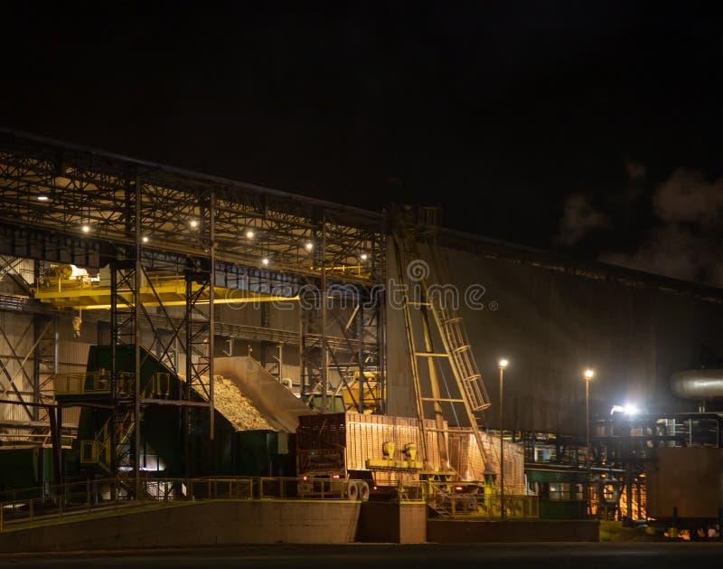 Notte di processo della canna di lavoro a catena di industria dello zuccherificio fotografie stock