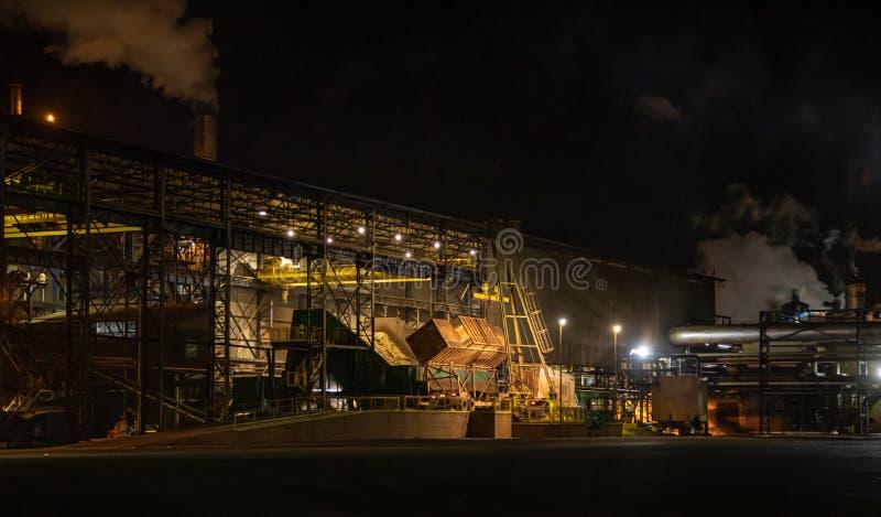 Notte di processo della canna di lavoro a catena di industria dello zuccherificio immagine stock
