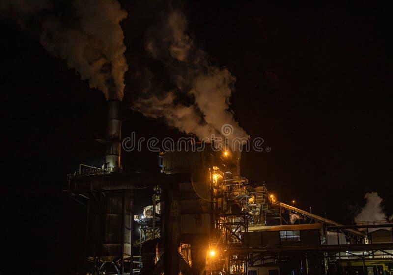 Notte di processo della canna di lavoro a catena di industria dello zuccherificio immagini stock libere da diritti