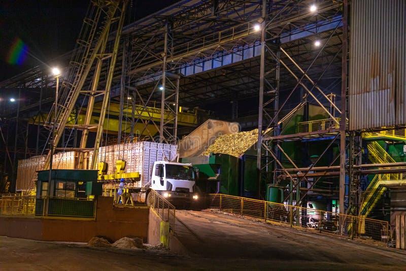 Notte di processo della canna di lavoro a catena di industria dello zuccherificio immagini stock