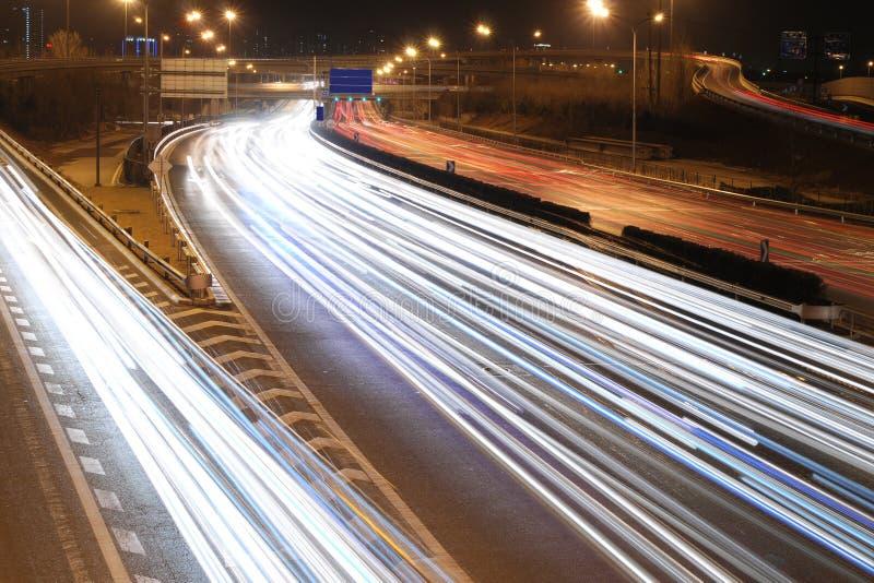 Notte di traffico della città fotografia stock