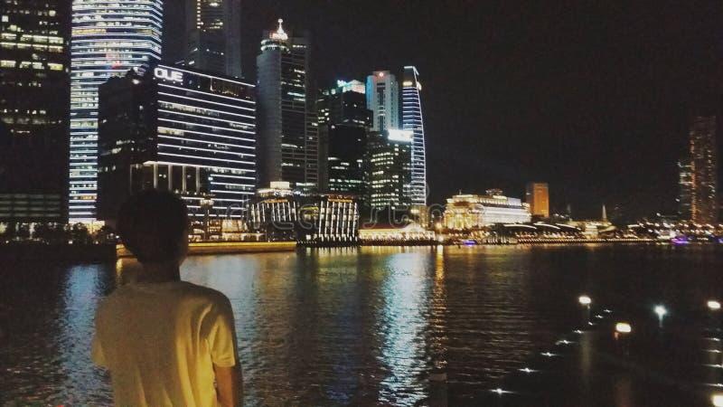 Notte fuori da solo a Marina Bay Sands fotografie stock