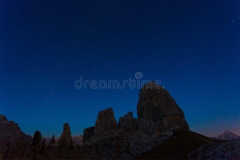Notte il cielo stellato sopra le montagne Cinque Torri immagini stock