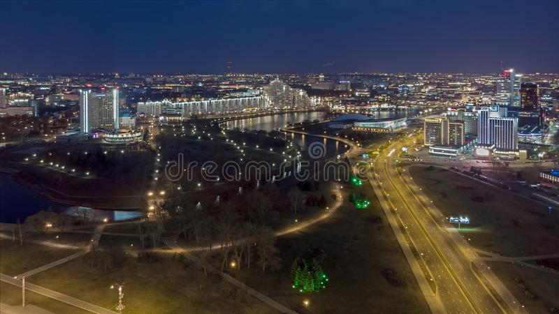 Notte Minsk, Bielorussia Foto aerea del fuco fotografia stock
