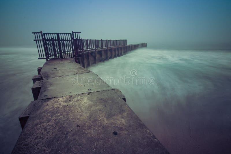Notte nebbiosa alla spiaggia delle dita del piede immagine stock