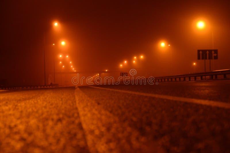 Notte nebbiosa nella grande città, le lanterne vuote di illuminazione di via Chiuda sulla vista dal livello della linea di demarc immagine stock