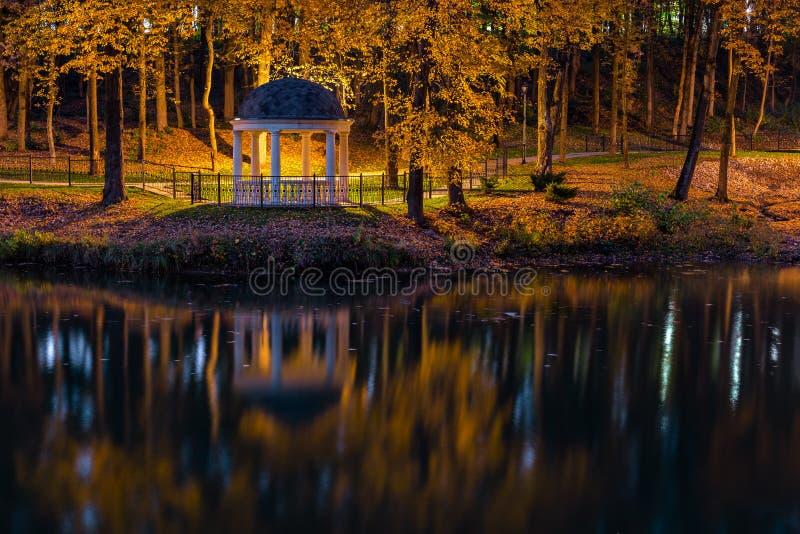 Notte nel parco di autunno con lo stagno e rotunda immagini stock libere da diritti