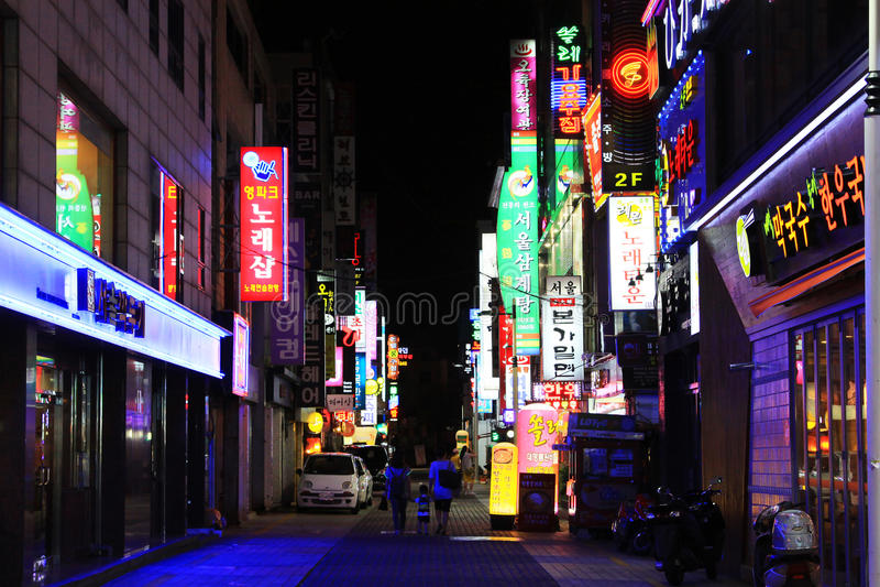 Notte nella strada dei negozi della Corea Busan fotografia stock