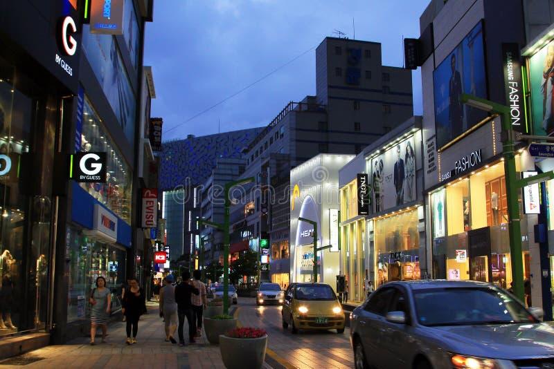 Notte nella strada dei negozi della Corea Busan fotografie stock