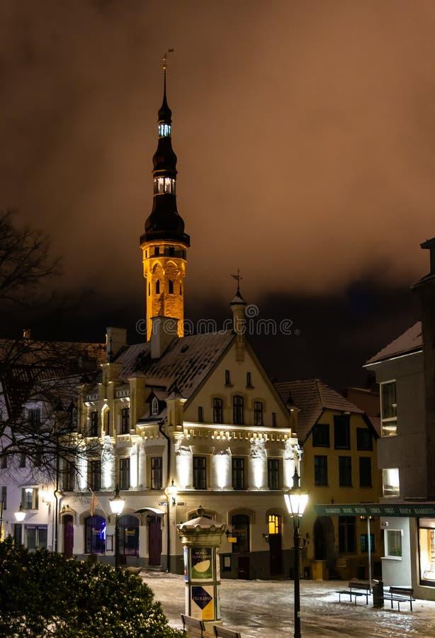 Notte nella vecchia città di Tallinn, Estonia fotografia stock