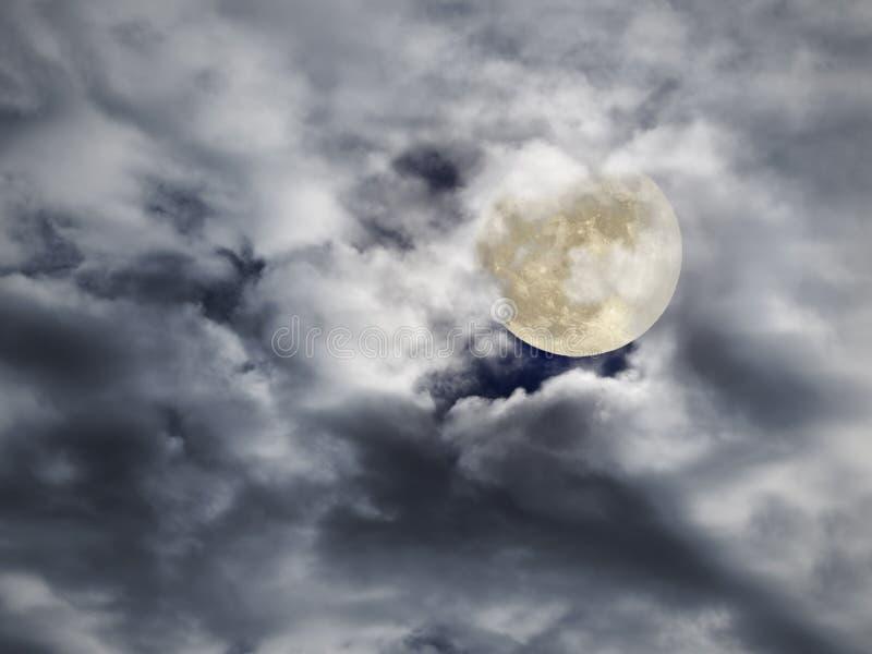 Notte nuvolosa della luna piena immagine stock libera da diritti
