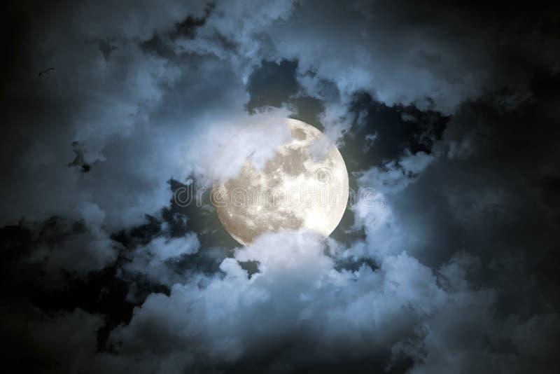 Notte nuvolosa della luna piena fotografia stock libera da diritti