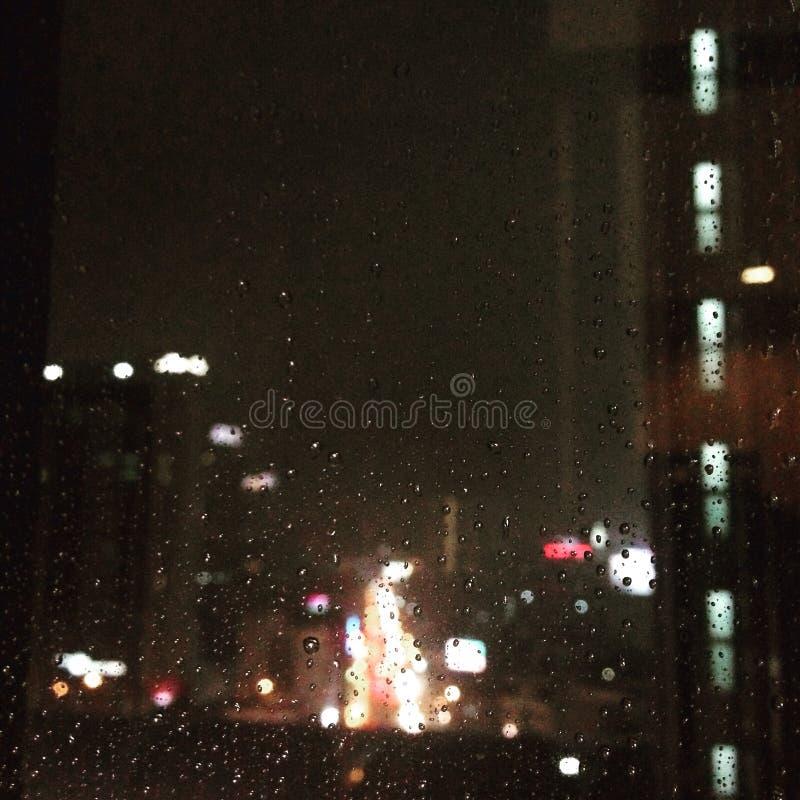 Notte piovosa nella città fotografia stock libera da diritti