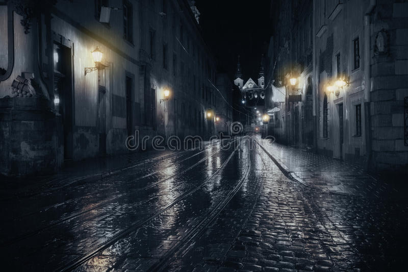 Notte piovosa in vecchia città fotografie stock