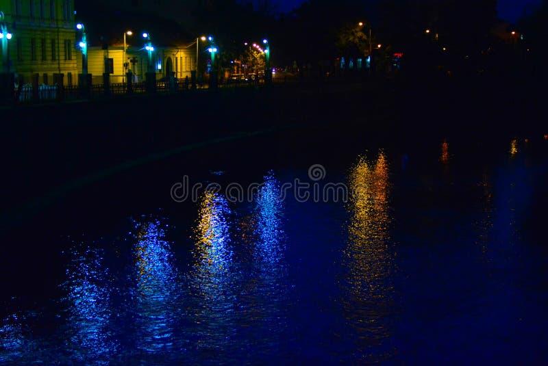 Notte scura nel centro della città immagini stock libere da diritti