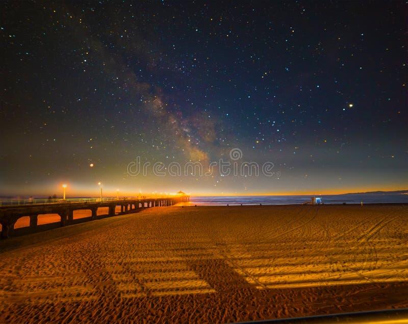 Notte stellata sopra la riva di Manhattan Beach immagine stock