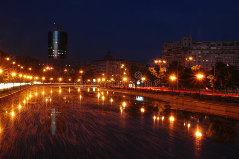 Notte su Bucarest immagine stock libera da diritti