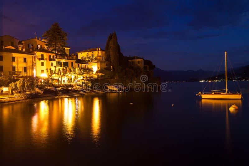 Notte sul porto di Como del lago, costruzioni illuminate a immagini stock