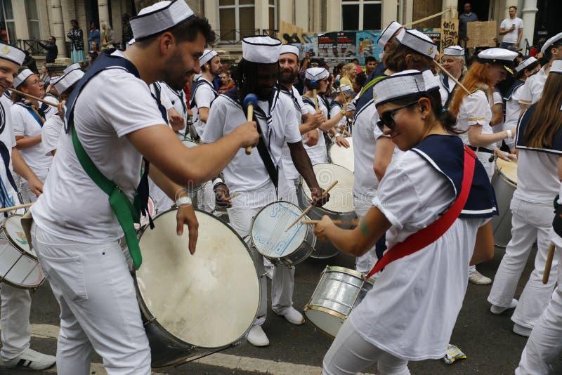 NOTTING HILL, LONDRES - 27 DE AGOSTO DE 2018: Os bateristas no marinheiro equipam cilindros do jogo junto na faixa da parada no c fotos de stock