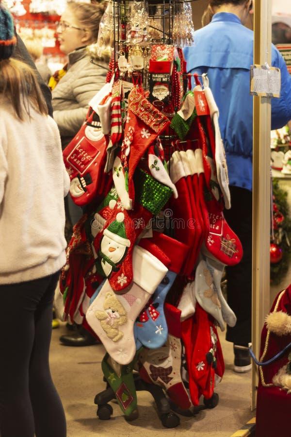 Nottingham, Reino Unido - 14 de dezembro de 2019 - meias-presentes vermelhas de Natal no mercado de Natal foto de stock royalty free