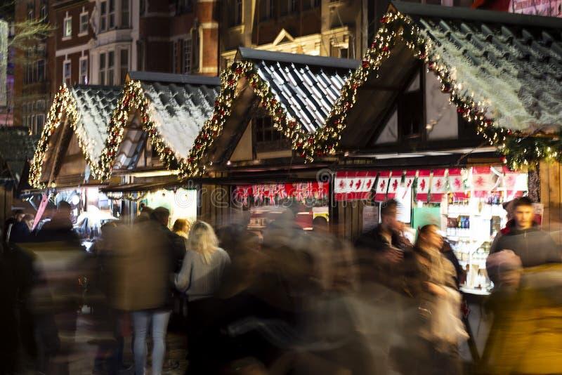 Nottingham, Verenigd Koninkrijk - 14 december 2019 - kerstmarkt en veel mensen op de kerstmarkt van Nottingham Selectief stock foto's