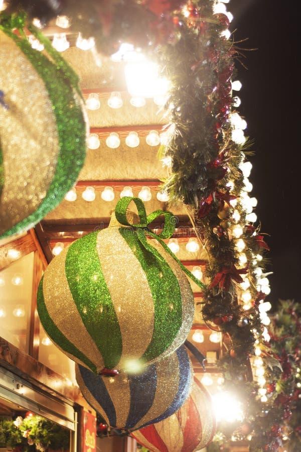 Nottingham, Verenigd Koninkrijk - 14 december 2019 - Mooie decoratie buitenshuis, grote groene gloeiende blaasjes op de kerst van stock foto