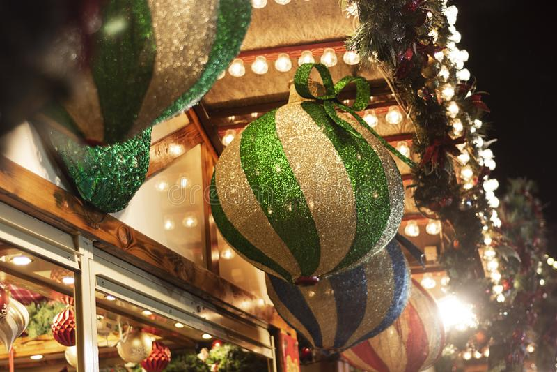 Nottingham, Verenigd Koninkrijk - 14 december 2019 - Mooie decoratie buitenshuis, grote groene gloeiende blaasjes op de kerst van stock foto's