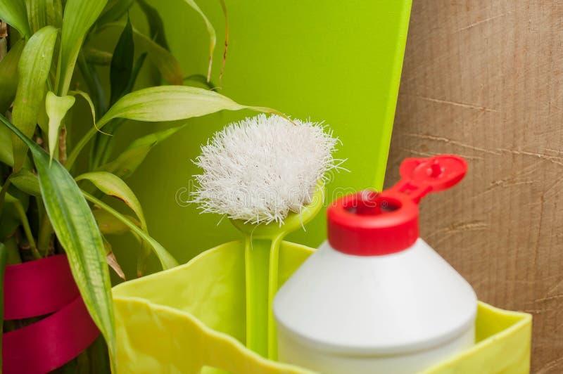 Notwendige Küchengeräte für waschende Teller lizenzfreie stockbilder