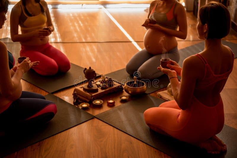 Notwendiges Teil der Yogalektion stockfotografie