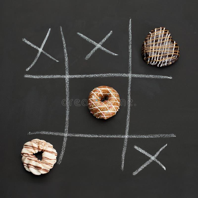 Noughts και σταυροί με Dougnuts στοκ εικόνες