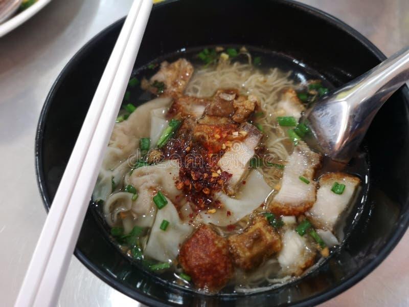 Nouille d'oeufs de nourriture et soupe à wonton avec du porc rispy de ventre croustillant photos libres de droits