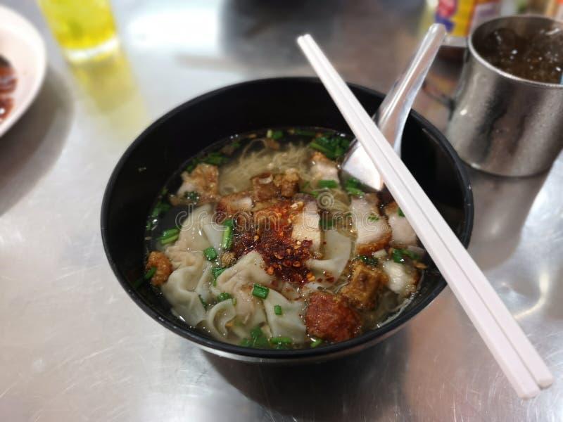 Nouille d'oeufs et soupe à wonton avec du porc rispy de ventre croustillant photographie stock