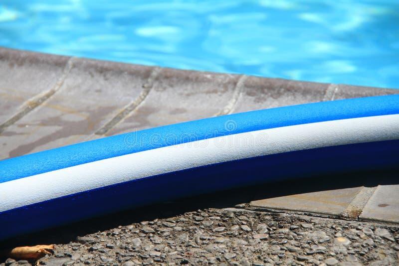 Nouille de piscine par la piscine images libres de droits
