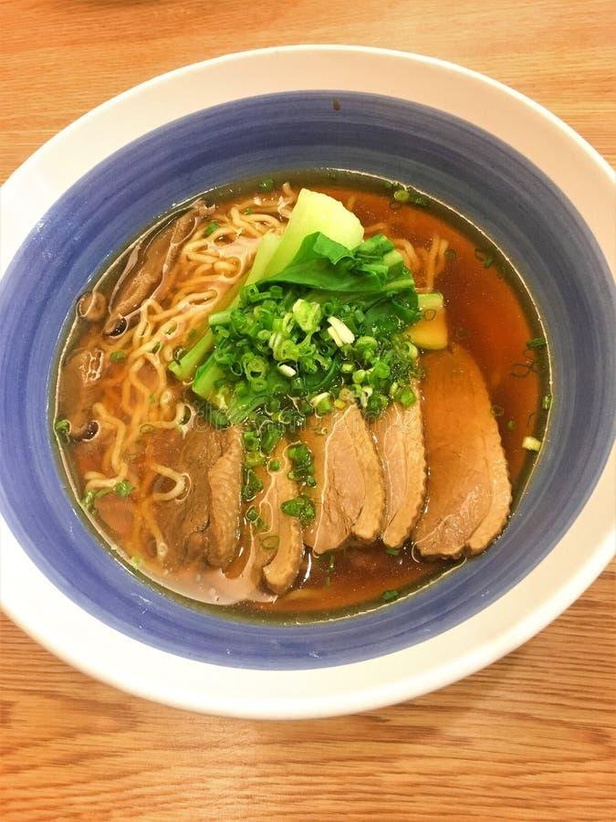 Nouille de soupe de BANGKOK THAÏLANDE août 4,2018 avec le canard de ragoût aux Ramen de Hachiban dans grand c Rama IV Le Ramen de photos libres de droits