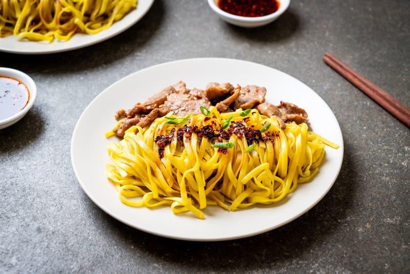 nouille faite sauter à feu vif asiatique avec du porc images stock